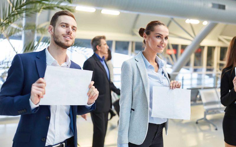Gente de negocios con etiquetas de nombre en blanco para el huésped