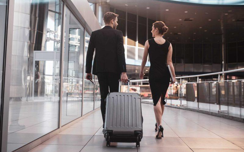 Hombre y mujer viajando con la única maleta